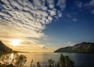 fjord během západu slunce