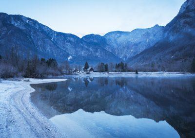 svítání u jezera Bohinj