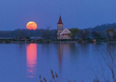 kostel svatého Linharta s měsícem